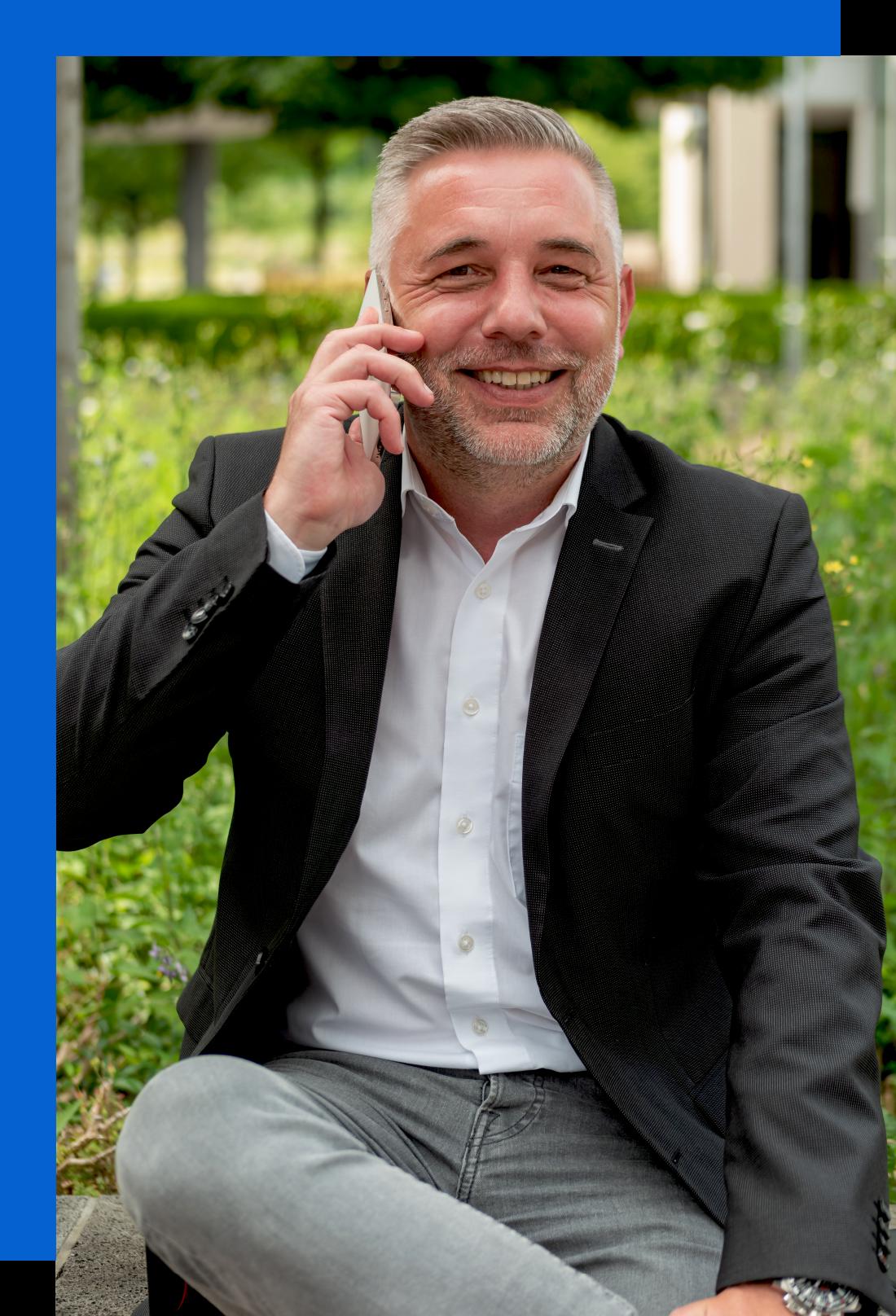 Claudius Kolodziej - Immobilienmakler beim Telefonieren