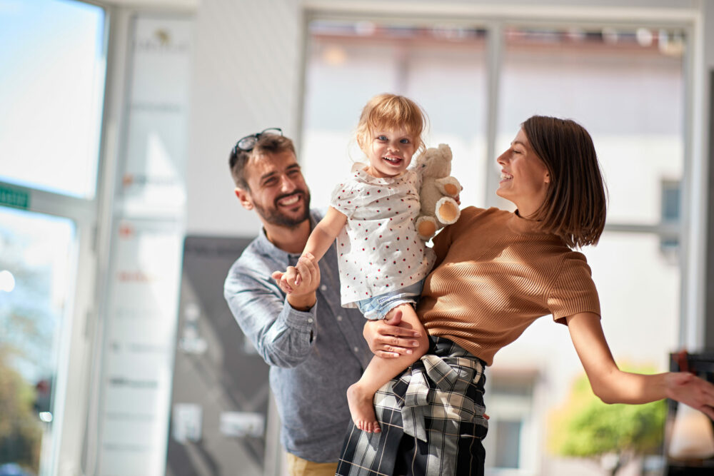Junge Familie glücklich in ihrem neuen Zuhause